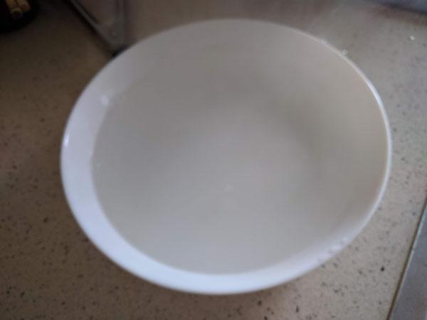 パスタ皿をお湯で温めておく