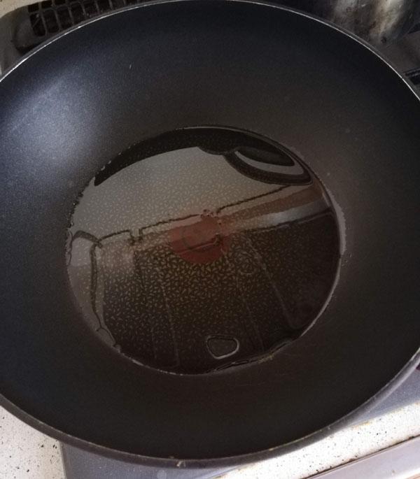 パラパラチャーハン フライパンに油をしく